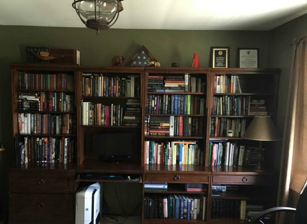 Bookcases before our Budget Friendly: How to Remodel the Home Office from Walking on Sunshine Recipes.