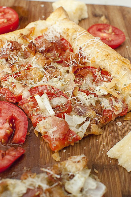 Bacon Tomato Pizza from The It Mom featured on Walking on Sunshine