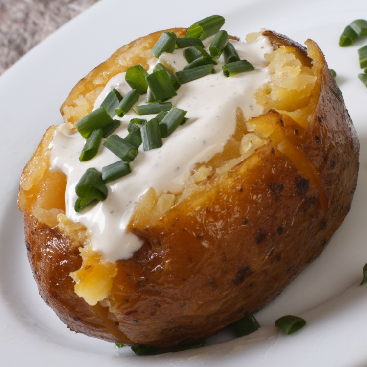 Baked potato with sour cream and chopped chives